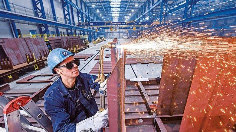 Heißer Job: Steffen Klein in der neuen Halle 11, in der Profile, Paneele und Sektionen gefertigt werden. Die Werft investierte 100 Millionen Euro in den Bau. Foto: Christian Augustin