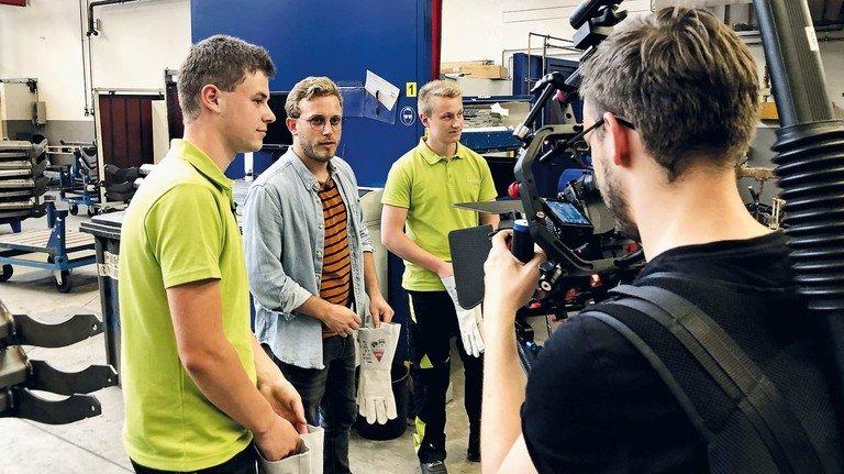 Klappe, die Dritte: Falk Schug (2.v.l.) beim Dreh für die #followfalk-Serie. Hier mit Azubis des Landmaschinen-Herstellers Claas.