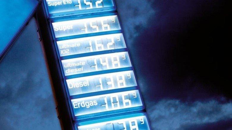 Auf und Ab an der Tankstelle: Karsten Schweikert hat erforscht, ob die Sprit-Preise genauso schnell sinken, wie sie steigen. Foto: Strassmeier