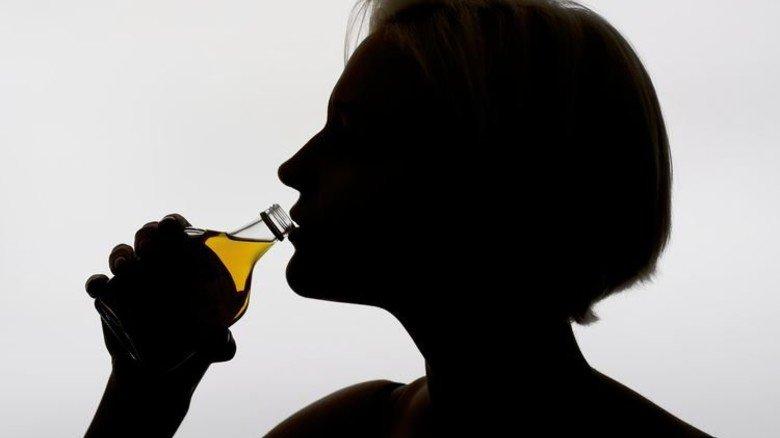 Griff zur Flasche: Sucht ist oft ein Problem, das andere mitbekommen. Foto: Adobe Stock