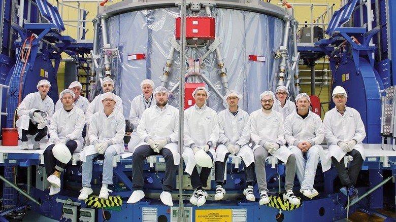 Vor dem Raumfahrt-Modul: Teammitglieder von Airbus in Bremen. Foto: Airbus