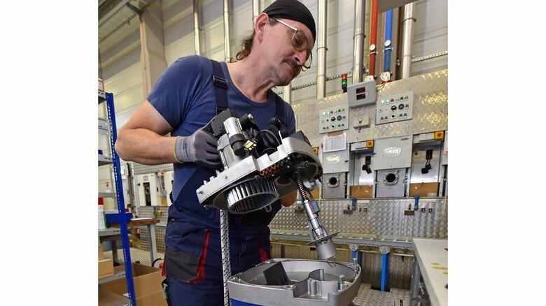So entsteht ein Raketenbrenner: Rainer Fliege beim Aufsetzen des hinteren Geräteteils, in dem sich unter anderem die Elektronik befindet.