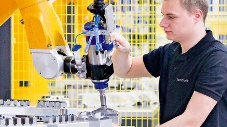 Produkte auch für Autos: Patrick Ehard kontrolliert das roboterunterstützte Polieren von Keramik-Teilen, die als Rohlinge von der Oechsler AG kommen. Foto: Karmann