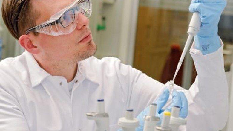 Auf geht's: Chemikant Christian Bruckschen macht sich fit für die neue Aufgabe. Foto: Wirtz