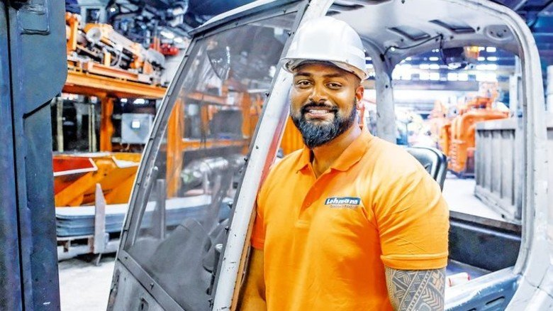 Es geht beruflich voran: Suran Umakanthan im Walzwerk der Firma Friedr. Lohmann. Foto: Moll