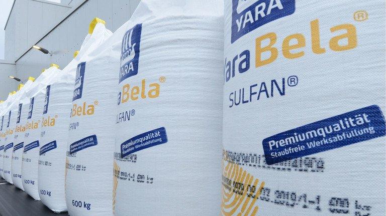 600 Kilo Pflanzen-Power: Bigbags mit Dünger in der Verpackungsanlage.