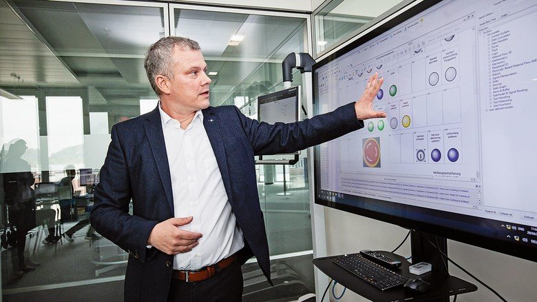 Monitor statt Maschine: Thomas Celofiga bedient die Schalter einer Presse, die gar nicht da ist. Bei Schuler sorgt er dafür, dass man Anlagen auch virtuell einrichten kann.