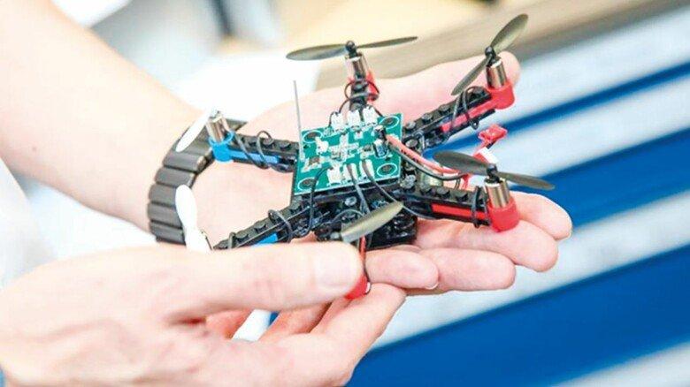 Selbst zusammengebaut: Zehn Schüler bekamen eine Bastelbox für eine Drohne.