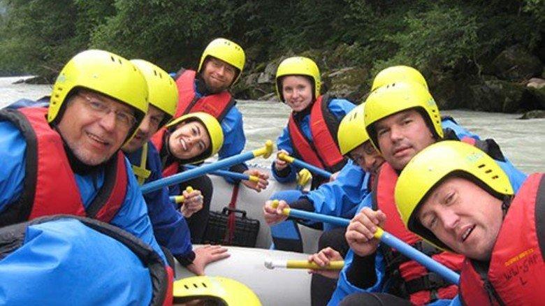 Ran an die Paddel: Auf der Isar lernten Mitarbeiter von Kettenhersteller iwis, was es heißt, in einem Boot zu sitzen. Foto: Werk