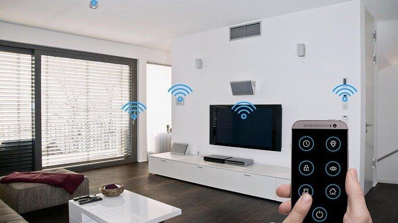 Ob Licht, Heizung oder Jalousien: Im intelligenten Heim lässt sich alles per Smartphone steuern. Foto: Adobe Stock