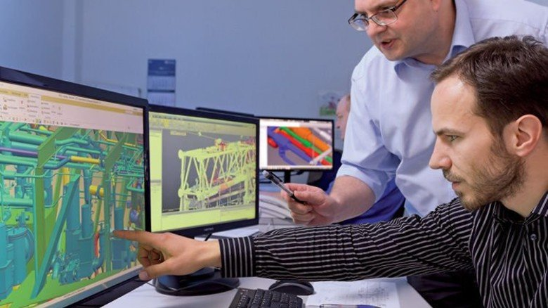 Monitor statt  Zeichenbrett:  Projektingenieur Martin Bünger (vorn) arbeitet mit seinem Kollegen Klaus Gebauer an einem virtuellen 3-D-Modell. Foto: Augustin