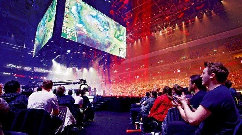 Große Show: E-Sport-Fans verfolgen ein Match in Berlin. Fotos: Imago