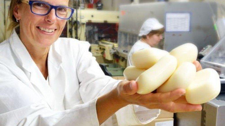 Gut gelungen: Die Chefin präsentiert fertige Seifenstücke. Foto: Scheffler