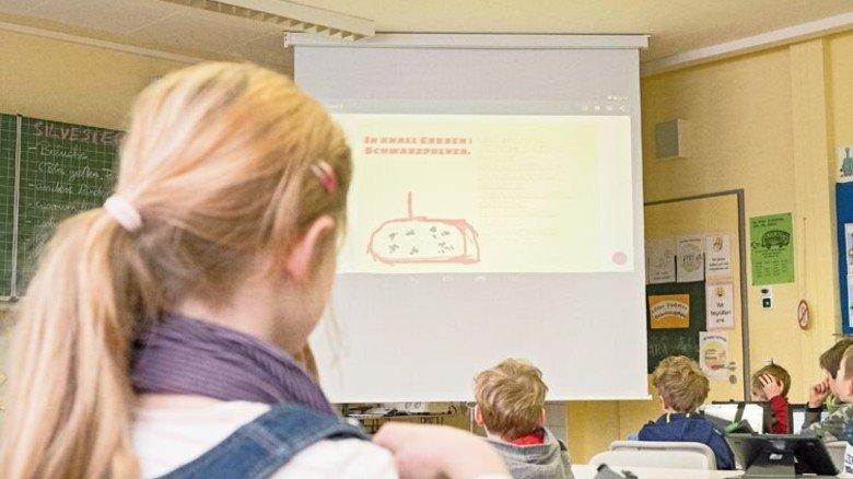 Großbild: Ein Beamer wirft die Tablet-Präsentation eines Schülers an die Leinwand. Foto: Roth