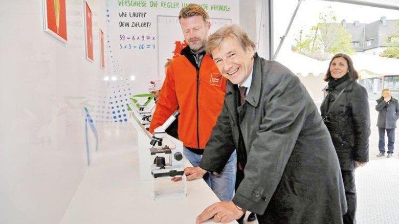 Im IdeenExpo-Truck: Dr. Volker Schmidt, Hauptgeschäftsführer von Niedersachsenmetall (Mitte). Foto: Moras