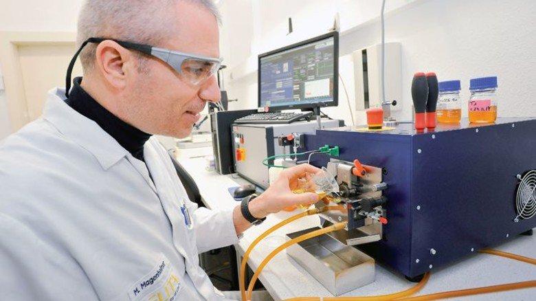 Im Entwicklungslabor: Michael Magenheimer prüft einen Kühlschmierstoff. Sigwart