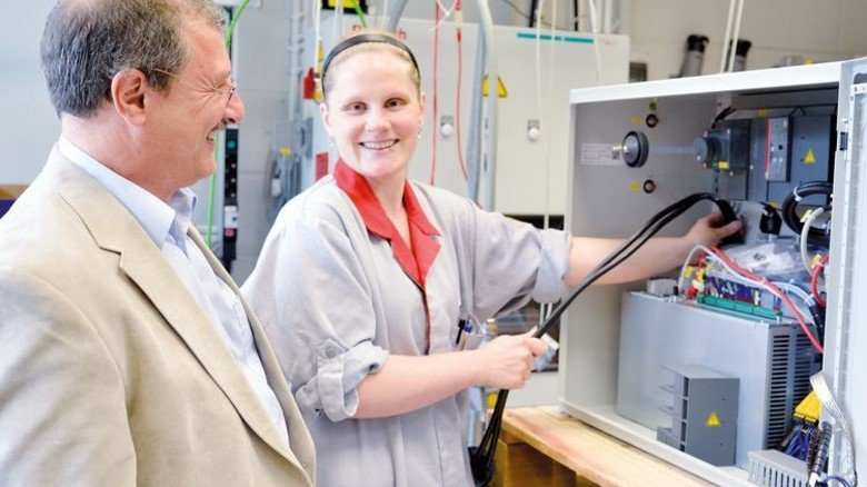 Ausbildung: Vanessa Hallstein hat in bei Bosch Rexroth Erbach Elektronikerin gelernt und arbeitet am Prüfstand für Schweißsteuerungen. Foto: Scheffler