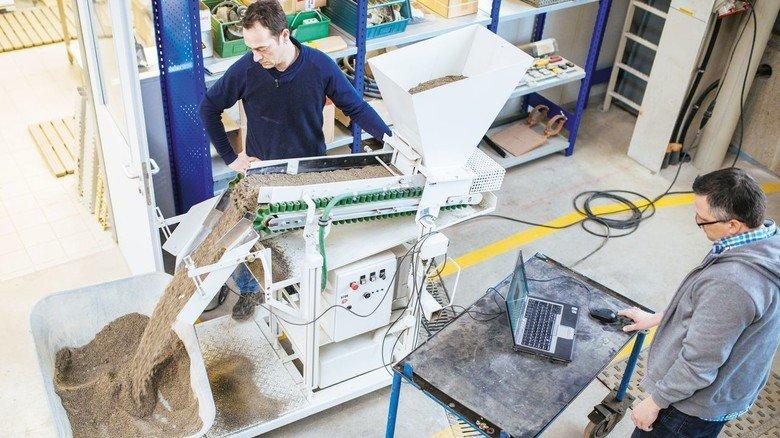 Nass oder feucht: Der Sensor misst den Wassergehalt direkt im Produktionsprozess.