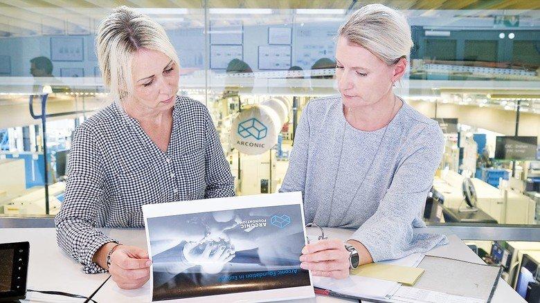 Auswahl von Projekten: Christine Eikermann im Gespräch mit Personalleiterin Mirja Gaida (links).