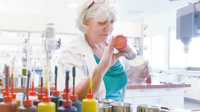 Kontrolle via Probe: Chemietechnikerin Helga Simon nimmt eine Farbprobe. Foto:Peter Wirtz