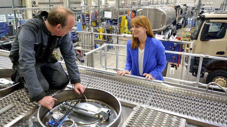"""""""Den größten Erfolg hat man in einem guten Team"""", ist Julia Esterer überzeugt. Die Geschäftsführerin  von Esterer Fahrzeugbau in Helsa sprich mit Mechaniker Sven Tornow, der einen Tank für die Montage auf einen Tankwagen vorbereitet."""