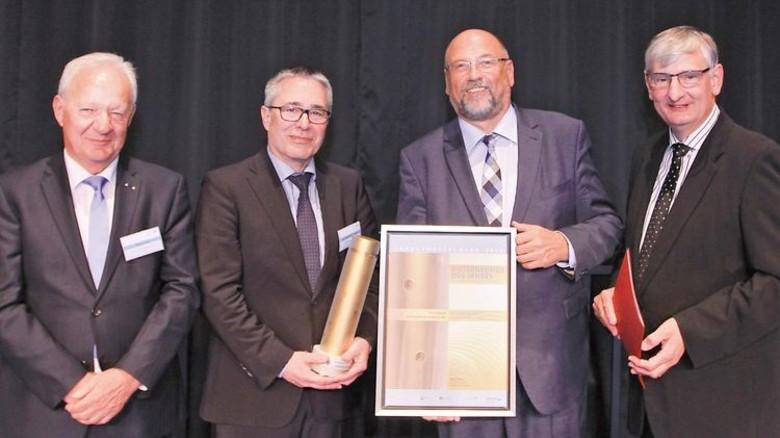 Firmenchef Thomas Weisener mit Preis. Foto: Werk