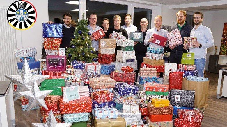 Für Kinder: Mitglieder des Round Table mit weihnachtlichen Geschenkpaketen.