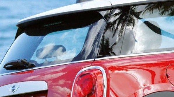 Sportlicher Look: Viele Bauteile sehen aus wie perfekt lackiert, sind aber aus Kunststoff. Foto: BMW