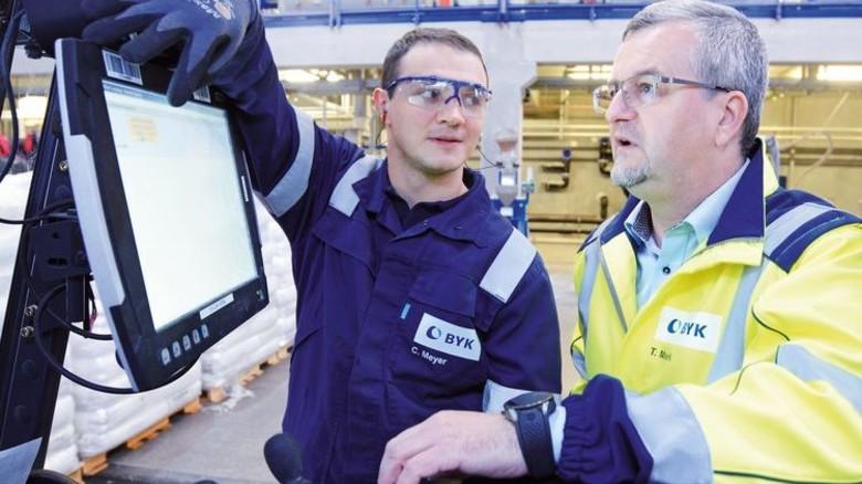 Zwischenstopp: Thomas Merk unterhält sich mit Schichtleiter Christian Meyer. Foto: Sturm