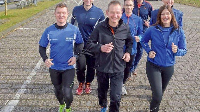 In der Pause aktiv: Stefan Paffhausen (vorne) joggt mit der Gruppe am Rhein. Foto: Sandro