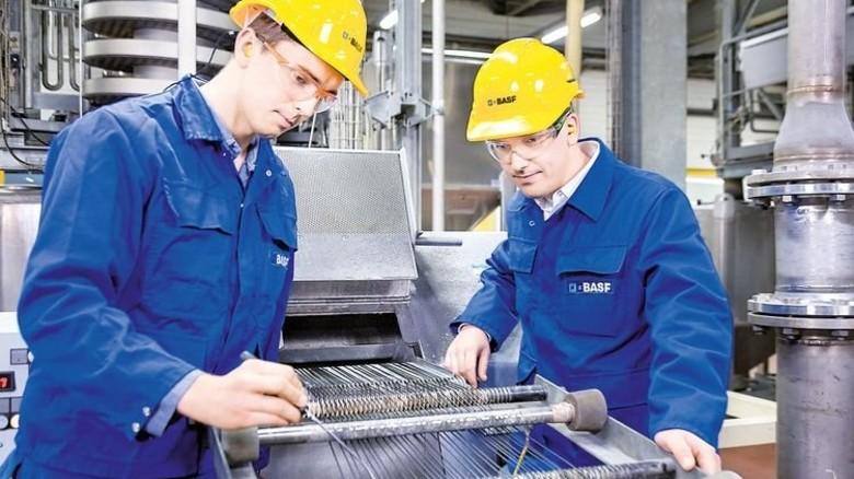 Inspektion: BASF-Mitarbeiter checken die neue Anlage vor Inbetriebnahme. Foto: Werk