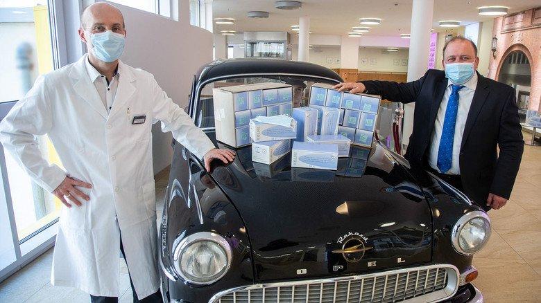Spende: Der ärztliche Direktor des GPR-Klinikums in Rüsselsheim, Gerd Albuszies, und GPR-Geschäftsführer Achim Neyer (rechts) freuen sich über 12.000 Schutzmasken von Opel. Der Opel Rekord von 1956 steht im GPR-Klinikum im Foyer der Ebene 2.