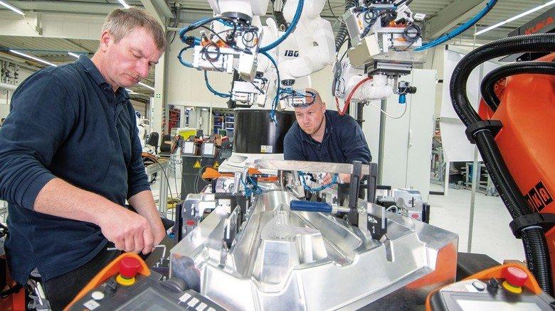 Komplexe Fertigung auf kleinem Raum: Uwe Runkel (links) und Daniel Ruth arbeiten am Roboterprojekt Medusa.