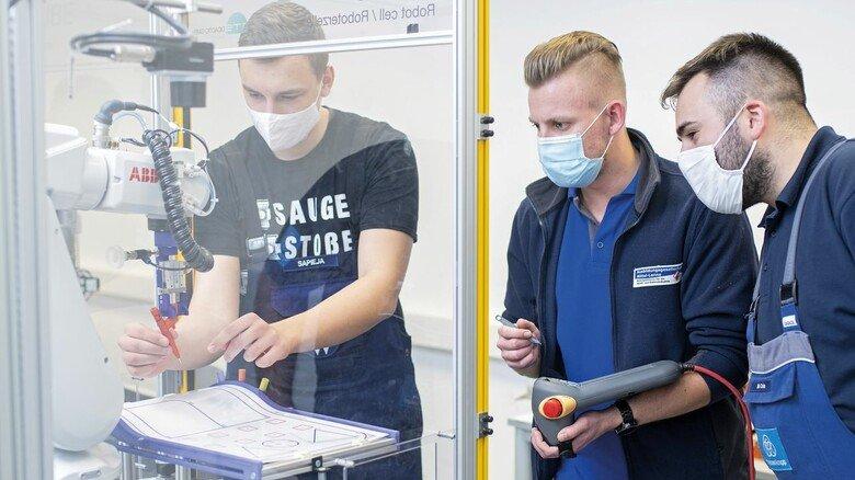 Praxisnah: Roboterkurse gehören für die Auszubildenden Niko Sapieja, Dennis Jakubik und Marcel Cela (von links) zum Lehrstoff.