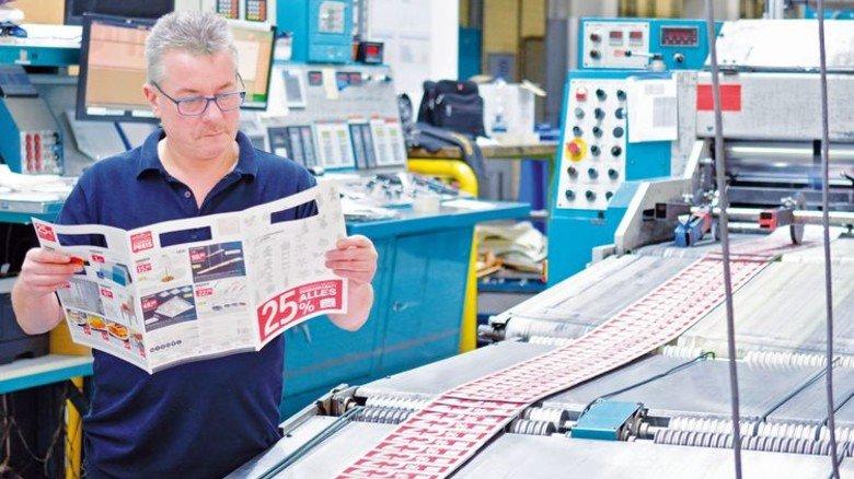 Kontrolle: Maschinenführer Klaus Erling überprüft einen frisch produzierten Prospekt. Foto: Scheffler