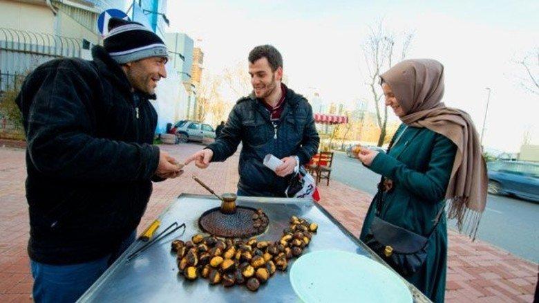 Gaumenschmaus: Istanbuler lieben geröstete Esskastanien! Der kleine und kostengünstige Snack ist an jeder Straßenecke zu bekommen.