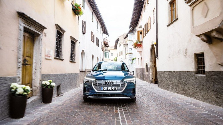 Zwei E-Motoren unter der Haube: Der Elektro-SUV aus Ingolstadt fährt immer mit Allradantrieb.