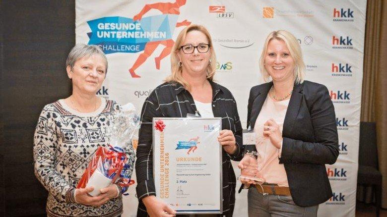 Ehrung: Ewa Tarkowski, Simone Sasse und Kristina Wiese (v.l.) nahmen die Urkunde stellvertretend entgegen. Foto: HKK