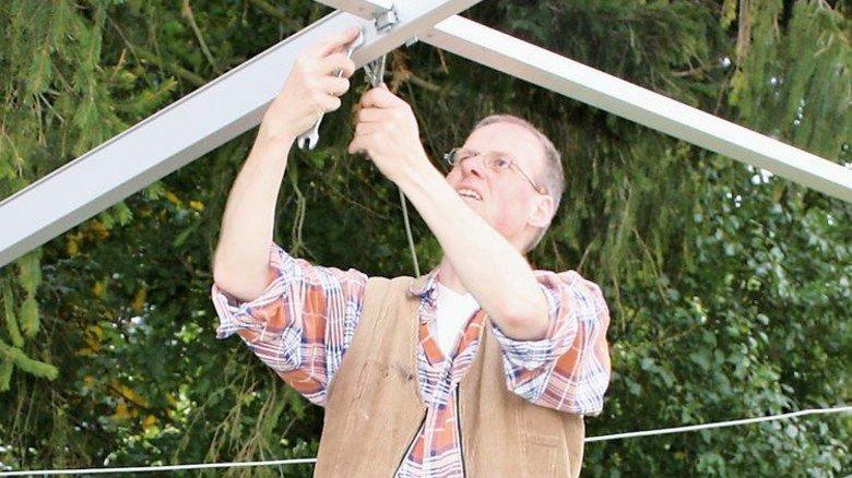 Selbst ist der Mann: Roland Mührenberg bei der Montage des Festzelts. Foto: privat