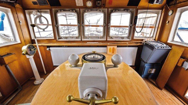 Die Brücke: Hier befand sich in den aktiven Zeiten immer Personal, um die Funktionen des Schiffs zu überwachen. Die Besatzung bestand aus zwölf Personen.
