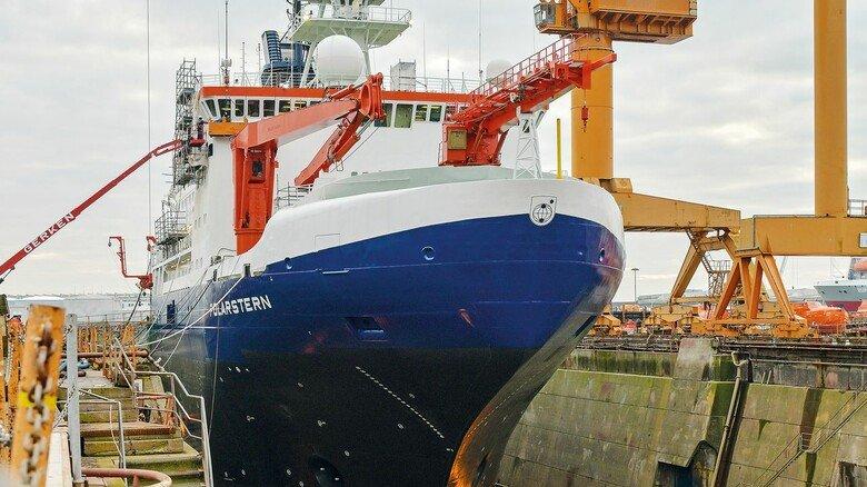 """Im Dock: Nach der Arktis-Mission wurde die """"Polarstern"""" in Bremerhaven umfangreichen Reparatur- und Wartungsarbeiten unterzogen."""