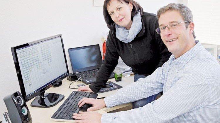 Zeit gespart: Geschäftsführer Sebastian Adamski, Pflegekraft Dagmar Nowitzki. Foto: Gossmann