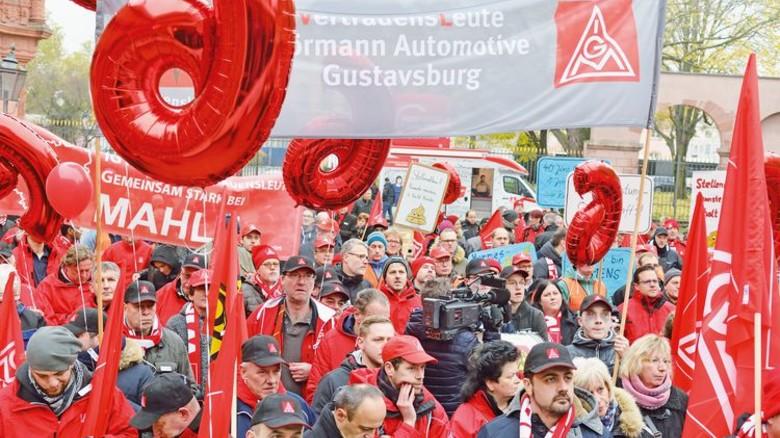 Ritual: Demonstration der Arbeitnehmer zu Beginn der Tarifverhandlungen in Mainz. Foto: Scheffler