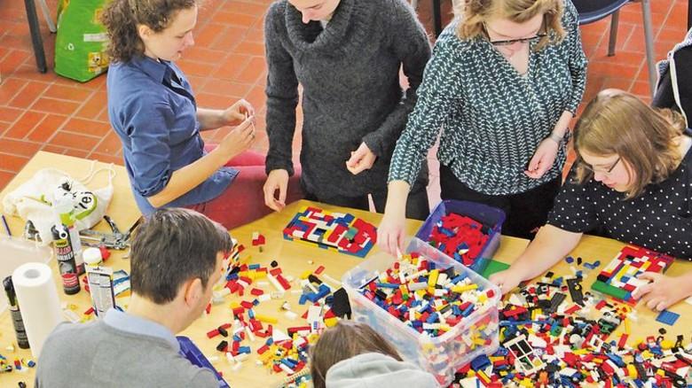 Spielend helfen: Eine Kölner Initiative baut aus Lego Rampen für Rollstuhlfahrer. Foto: Aktion Mensch