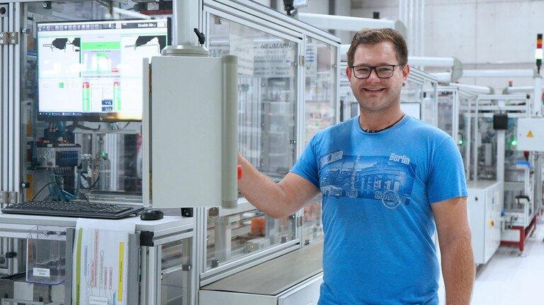 Er geht Herausforderungen aktiv an: Steffen Kroll im Job bei Werma Signaltechnik...