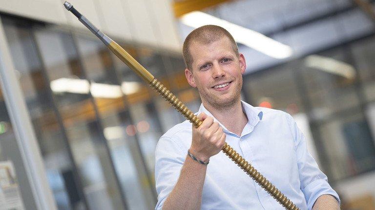 Controller Stefan Berghaus mit Räumwerkzeug: Firmen aus aller Welt sind Kunden.