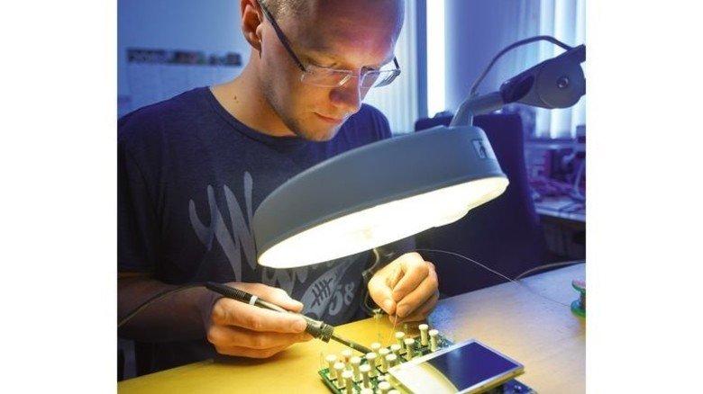 Feinarbeit: Prüffeld-Mitarbeiter Sebastian Jaeppelt beim Löten. Foto: Christian Augustin