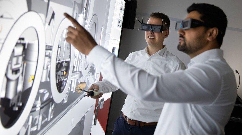 Virtual Reality bei Bausch + Ströbel in Ilshofen: Florian Naser und Gruppenleiter Mustafa Andisha (rechts), beide sind Maschinenbauingenieure.