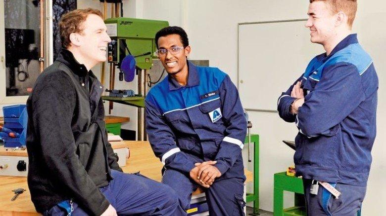 Kollegen: Simina mit den Azubis Fabian Arendt (links) und Florian Leckebusch. Foto: Wirtz