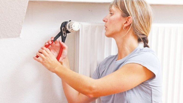 Kein Handwerker nötig: Neue Thermostate sind schnell angeschraubt. Foto: Mauritius.